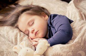 冷感生地でぐっすり眠る子供