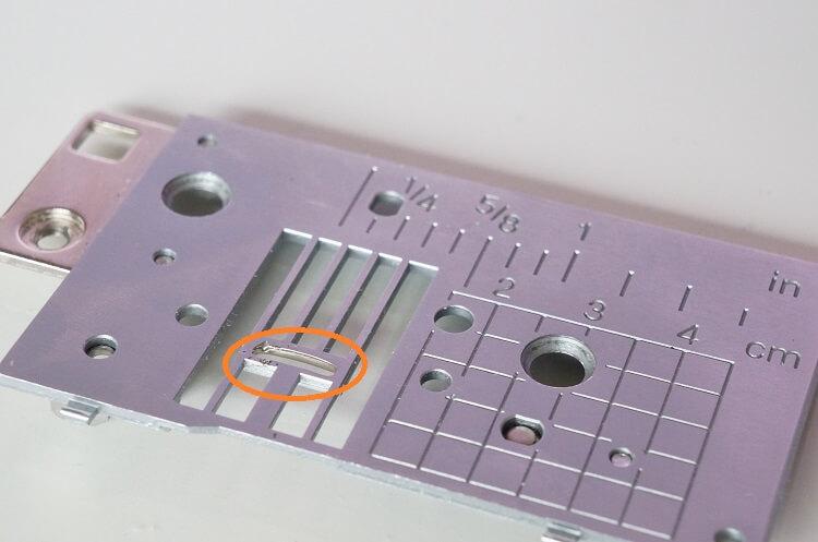 家庭用ミシンの針板の例