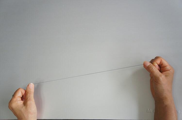 手縫い糸を指先でしごく(はじく))
