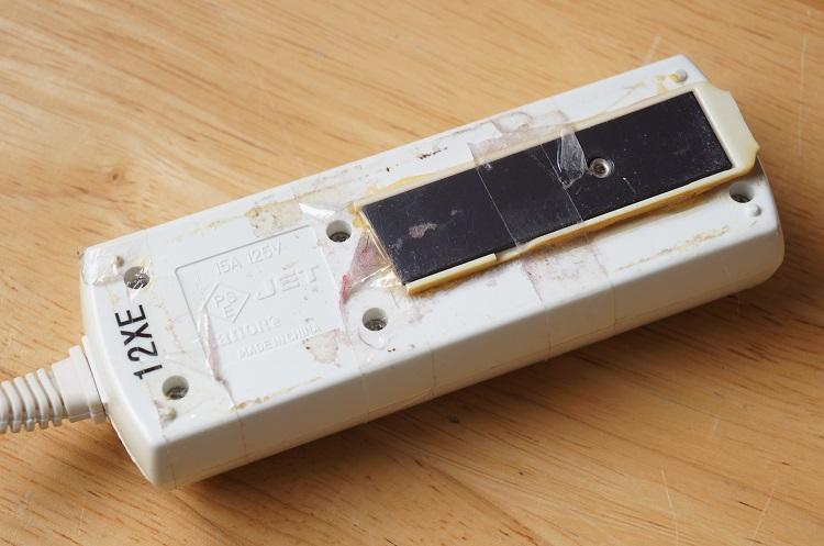 電源コードを両面テープで固定