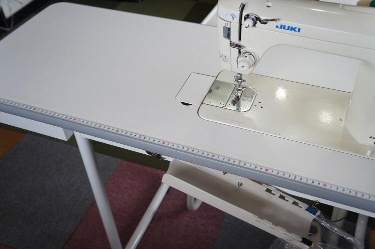 職業用ミシン専用テーブルは買うべきか?快適なミシン台を選ぶ際のポイントとは。
